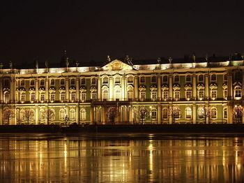 800px-Sankt-Petersburg_Eremitage_by_night.JPG